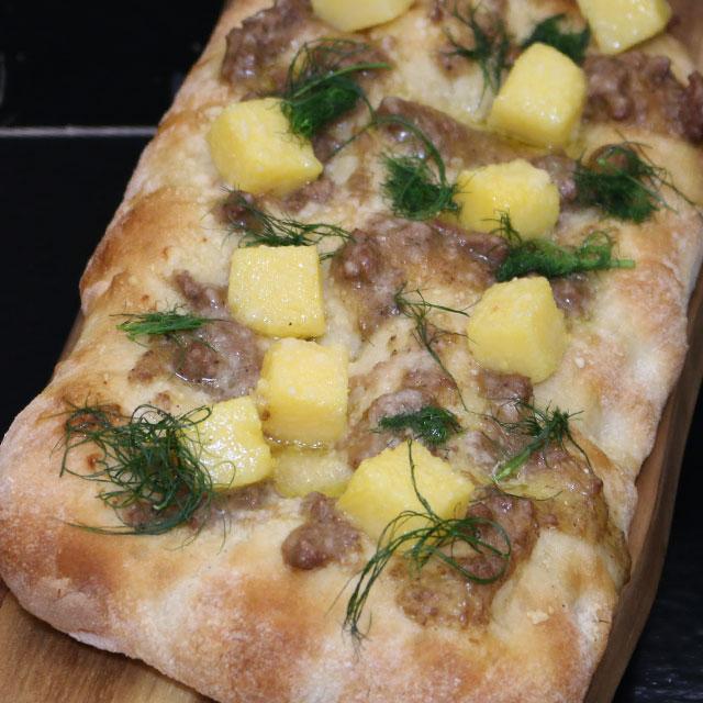 ricetta-caterline-Scrocchiarella-monoporzione-polenta,-ragu-di-cinghiale,-parmigiano-reggiano-e-finocchietto-selvatico
